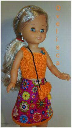 Ovelisca - Muñeca Nancy vestida con un croptop top naranja  y falda estampada estilo retro.