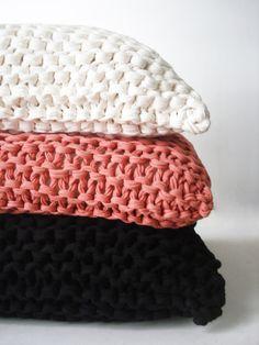 almohadón tejido CLARITA colores de primavera • AZZULARQ.com