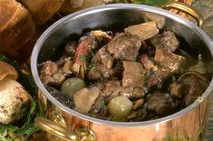 Parez le lièvre et découpez-le en morceaux. Faites chauffer la graisse d'oie dans une cocott... Bourguignon, French Food, Chicken, Dining, Pork Meat, Deer, Lamb, Dutch Oven, Cooking Recipes