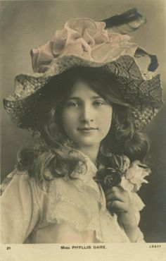 Phyllis Dare in a lovely hat. Vintage Photos Women, Photos Of Women, Vintage Photographs, Vintage Images, Vintage Ladies, Vintage Hats, Vintage Woman, Vintage Pictures, Album Vintage