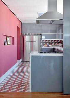 Cozinha rosa e cinza.