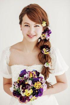 カジュアル、ヘルシーな印象 小花をちらした純真無垢なブレイズヘア 〜ラプンツェルみたいな花嫁衣装の髪型一覧〜