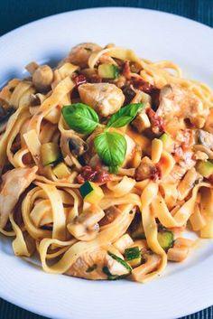 En nem hverdagspasta med kylling og grøntsager. Pastaen har en rigtig lækker flødesauce med tomat og ost som skaber en dejlig cremet sauce til pastaen. Tilsæt alle de grøntsager du ønsker til rette…