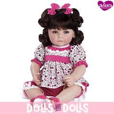 Cutie Patootie, con unos preciosos ojos azules, vestida con conjunto de camiseta de flores y un pantalón fucsia, con dos lazos en el pelo a juego está esperando que vengas a buscarla para llevarlas contigo.  #Dolls #Doll #Bonecas #Poupées #Bambole #AdoraDolls #Adora #MuñecasAdora #muñeca #muñecas #colección