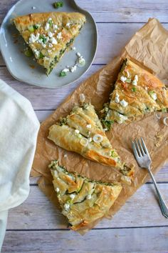 Bosnian Spinach and Feta Pie. Bosnian burek or sirnica is a comforting & satisfying spinach & cheese pie made with coiled phyllo dough. Perfect for a light dinner! Spinach Feta Pie, Spinach And Cheese, Anton, Burek Recipe, Bosnian Recipes, Bosnian Food, Croatian Recipes, Macedonian Food, Cheese Pies