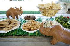 Can't get enough of this grass table runner for a zoo or safari theme. So cool!
