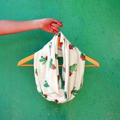 Echarpe infinita com algodão orgânico e estampa de cactus, tudo feito um a um  temos apenas 1 item no estoque para pronta entrega #handmade #feitonobrasil #organico #estamparia #rubberstamp