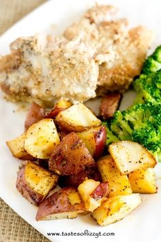 Simply seasoned, easy oven roasted potatoes make the ideal side dish for a meat and potatoes dinner. A high baking temperature makes the potatoes sizzle and brown nicely. Roasted Potato Recipes, Oven Roasted Potatoes, Oven Baked Potato, Baked Tofu, Potato Sides, Potato Side Dishes, Healthy Cooking, Cooking Recipes, Healthy Meals
