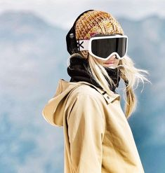 You want to see more pictures from pro-snowboarder Anna Gasser? Check out her photo gallery, including action and lifestyle shots. Ski Et Snowboard, Snowboard Girl, Anna Gasser, Snowboarding Tips, Snow Fashion, Arab Fashion, Winter Fashion, Snow Much Fun, Ski Vacation