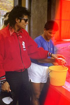 Michael Jackson points out that his car is not clean enough, even after the 10th wash.