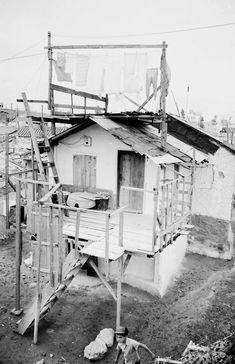 Το προσφυγικό σπίτι με την αυτοσχέδια ταράτσα για το άπλωμα των ρούχων δεν έχει ανέσεις αλλά έχει ηλεκτροδοτηθεί!.. Dourgouti-N.Kosmoq 1955 (3)