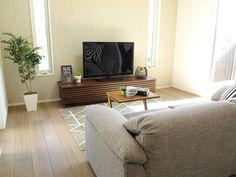 テレビボードの両端にあるスリット窓の間にテレビボードを設置!