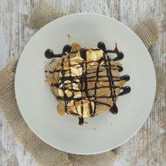 Tortitas para empezar el día de San Valentín con mucho LVE 40g de harina de avena #nutchoc  @max_protein  4 claras Aceite de coco orgánico @bulkpowders_es  ToppingSalsa de chocolate @servivita0.0  crema de cacahuete @mybodygenius  y  Una combinación muy