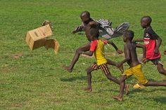 Futebox em Gana. O futebol respira, esse é o espirito do esporte, quebrar barreiras e incluir pessoas, mesmo que as condições não sejam das melhores.. Belo registro.