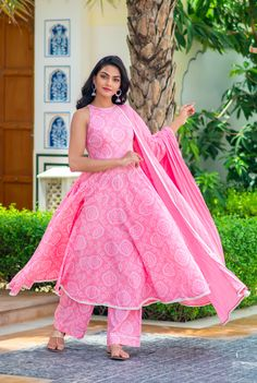 Shop latest in ethnic fusion wear with all handmade apparels. Set Fashion, Frock Fashion, Fashion Dresses, Fashion Trends, Pakistani Dress Design, Pakistani Dresses, Dress Indian Style, Indian Outfits, Style Palazzo