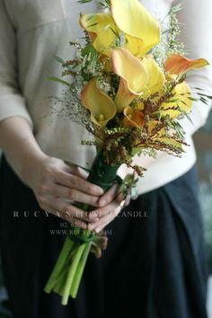 투톤 컬러빛이 아름다운 카라와피어리스, 신지매 등으로 디자인한루시안 올 어바웃 웨딩부케 클래스오뜨꾸... Small Wedding Bouquets, Wedding Cakes With Flowers, Bride Bouquets, Flower Shop Decor, Yellow Bouquets, Leaf Photography, Dream Wedding Dresses, Ikebana, Pretty Flowers