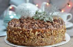Tort z michałkami - mocno nasączone ciasto biszkoptowe z czekoladowym kremem śmietanowym i z dodatkiem znanych pralinek z orzeszkami ziemnymi.