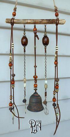 Très jolie décoration pour le jardin, la galerie, la véranda, la terrasse et même lintérieur. Il nest pas bruyant. Musique très très douce. Branche de merisier. Lécorce a été enlevée afin déviter la pourriture. La texture est délicate car je lai sablé en surface. Billes de verre, suède, jute, bois et de métal. La clochette de terre cuite et certaines billes proviennent dobjets vintage ou antique.  Hauteur du crochet à lextrémité de la cloche 30 Largeur de la branche 7 Hauteur des guirlandes…