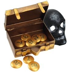 Pahvilaukku ja puunapit on värjätty Inka Gold -vahoin. Pahvinen pääkallo on maalattu ensin Plus Color -maalilla ja käsitelty hopeisella Inka Gold -vahalla.