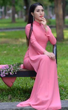 Vietnamese Traditional Dress, Vietnamese Dress, Traditional Dresses, Blackpink Fashion, Fashion Dresses, Asian Fashion, Runway Fashion, Fashion Trends, Asian Style Dress