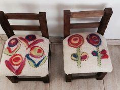 tapizado de sillitas materas con fieltro nuno Dolores Montoya Nuno, Textiles, Rug Hooking, Throw Pillows, Homemade, Embroidery, Knitting, Crochet, Pattern