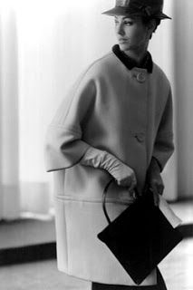 monsieur-j: A look from Cristobal Balenciaga's spring-summer 1961 haute couture collection Balenciaga Vintage, Balenciaga Coat, 1960s Fashion, Look Fashion, Vintage Fashion, Fashion Design, Classy Fashion, Edwardian Fashion, Fashion Goth