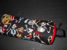http://de.dawanda.com/product/44163610-Federmappe-oder-Brillenetui Kleines Täschchen mit tanzenden Skeletten für Stifte oder Brille mit seitlichem Reißverschluss.  Zusätzlich verstärkt mit Volumenvlies, Stoffe si...