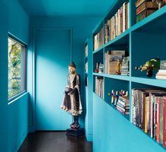 petit corridor avec peinture turquoise et rangement mural pratique