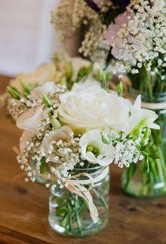 centro de mesa para bautizo con flores blancas