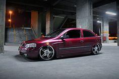 """Chevrolet Astra GLS ano 2000 e motor 2.0, versão completa da série. O carro foi montado pelo Saulo Souza na sua antiga loja, mas o projeto foi a pedido de sua esposa Amandha Rodrigues """"Mandy's"""", da qual agora é proprietária do veículo. Eles são de São Paulo e participam da Equipe Embaralhados, mas também são parceiros do Irmandade Club. Por fora o Astra tem rodas aro 19, pneus 215/35, kit de suspensão a ar e lâmpadas de xenon nos faróis auxiliares. Já por dentro, o projeto ..."""