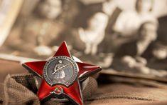 """Kızıl Ordu ve Kızıl Donanma'da üstün başarı gösteren askeri personele verilen Kızıl Yıldız Nişanı.  II. Dünya Savaşı'nda görev yapan yaklaşık 2 milyon asker; üzerinde """"Dünyanın bütün işçileri birleşiniz!"""" yazan bu madalyayı almaya hak kazanmıştır."""