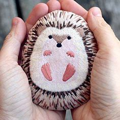 DIY craft kits - omg so adorable. This little hedgehog creation is available as a kit . - DIY craft kits – omg so adorable. This little hedgehog creation is available as a kit so you can - Rock Painting Patterns, Rock Painting Ideas Easy, Rock Painting Designs, Stone Crafts, Rock Crafts, Arts And Crafts, Diy Crafts, Crafts With Rocks, Homemade Crafts