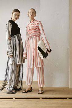 The complete Jil Sander Resort 2019 fashion show now on Vogue Runway. – Women and Fashion Foto Fashion, Runway Fashion, High Fashion, Womens Fashion, Fashion Tips, Fashion Design, Latest Fashion, Jil Sander, Vogue