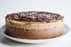 Vegan Chocolate & Salted Caramel Cheesecake – This Vibrant World - Vegan Cheesecake Recipes Raw Vegan Desserts, Brownie Desserts, Vegan Dessert Recipes, Vegan Treats, Vegan Foods, Vegan Dishes, Cheesecake Recipes, Cheesecake Cake, Raw Vegan Cake