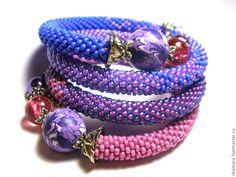 """Купить Браслет """"Черника"""" - фиолетовый, синий, малиновый, розовый, хамса, браслет, вязаный бисерный жгут"""