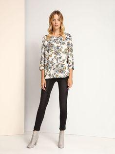 """Bluzka damska Top Secret z kolekcji jesień-zima 2016.<br><br> Klasyczna damska bluzka z długim rękawem. Bluzka z modnym printem w kwiaty w stylu boho. Bluzka dostępna w kolorze szarym (SBD0632SZ).<br><br><span style=\""""font-style:italic\""""> Modelka ma 179 cm wzrostu i prezentuje rozmiar 36. </span>"""
