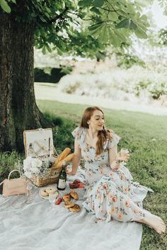 Luxury picnic date ~ A perfect summers day in the park with a glass of wine and a croissant or two Picnic Photography, Rustic Food Photography, Classy Photography, Picnic Date, Summer Picnic, Picnic Photo Shoot, Picnic Pictures, Debut Photoshoot, Picnic Theme