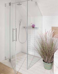 salle de bain blanche avec douche vitrée et plante salle de bain, idée comment aménager une douche sous pente Divider, Bathtub, Design Inspiration, Flooring, Bathroom, Modern, House Ideas, Home Decor, Bathrooms