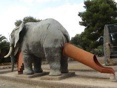 Et celui qui a pensé que c'était une bonne idée de faire sortir un toboggan du cul de cet éléphant. | 17 designers qui ont complètement foiré leur travail