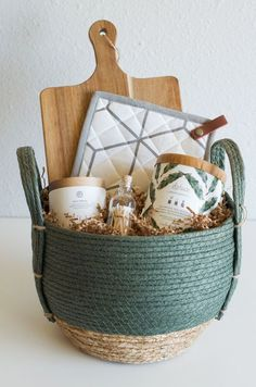 Housewarming Gift Baskets, Diy Gift Baskets, Gift Hampers, Gift Basket Ideas, Kitchen Gift Baskets, Creative Gift Baskets, Homemade Gift Baskets, Wedding Gift Baskets, Gift Ideas