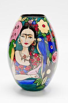 Vaso Frida Kahlo, 30 x 18 cm, do Atelier Patricia Virmond. Porcelana desenhada e pintada à mão com detalhes em ouro queimado a 800 graus