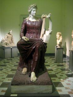 Museo Archeologico Nazionale di Napoli  Statua della Dea Roma, restaurata nel XIX secolo come Apollo Citaredo. Porfido rosso e marmo bianco. Opera romana, seconda metà del II secolo d.C. Collezione Farnese.