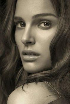 Natalie Hershlag, conocida artísticamente como Natalie Portman, es una actriz y directora israelí.