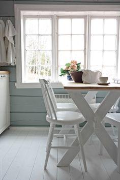 Svenngården: Før og etter: #prosjektGjerde - Kjøkken Log Home Interiors, Timber Table, Cabin Kitchens, Bedroom Pictures, Beach Cottage Decor, White Cottage, Green Kitchen, Cottage Homes, Foyer