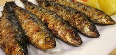 Grilled sardines on the barbecue - BBQ heroes- Grilled sardines or sardines are easy to make go perfectly on the barbecue and very tasty. Try this recipe and be convinced. Fried Fish Recipes, Seafood Recipes, How To Eat Sardines, Grilling Recipes, Cooking Recipes, Grilled Sardines, Sardine Recipes, Great Recipes, Favorite Recipes