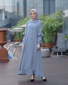 Image may contain: 1 person, standing and outdoor Hijab Style Dress, Hijab Chic, Dress Outfits, Abaya Fashion, Modest Fashion, Fashion Dresses, Muslim Women Fashion, Islamic Fashion, Moslem Fashion