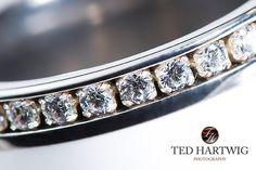 Die #Steinchen auf dem #Hochzeitsring. Hier auf einem echten #Makrofoto von Ted Hartwig. Professionelle #Hochzeitsfotos mit Klasse und Stil.