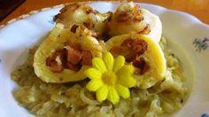 Kytičkový den - bramborové knedlíky plněné sojovým párkem a cuketové zelí.