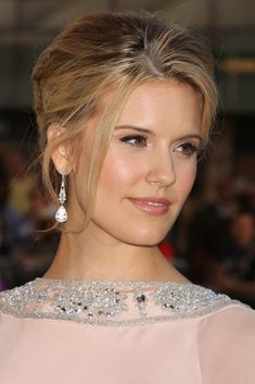Maggie Grace Born in Worthington, Ohio, Grace went on to earn a Young Artist Award nomination in 2002 with her portrayal of murder victim Martha Moxley in the television movie Murder in Greenwich. Maggie Grace, Guys And Dolls, Hollywood Actresses, Celebrity Photos, Rosacea, American Actress, Brown Hair, Beautiful People, Beautiful Women