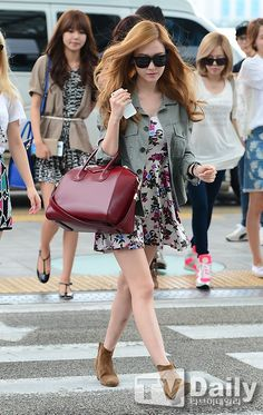She knows how to pose Snsd Airport Fashion, Snsd Fashion, Ulzzang Fashion, Asian Fashion, Girl Fashion, Womens Fashion, Incheon, Girls Generation, Jessica Jung Fashion